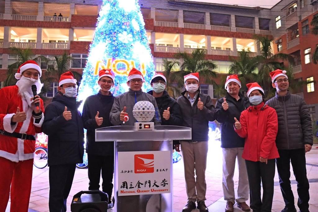 金大校長陳建民與師生和社區左鄰右舍,在點燈儀式中開心同樂。(金大提供)