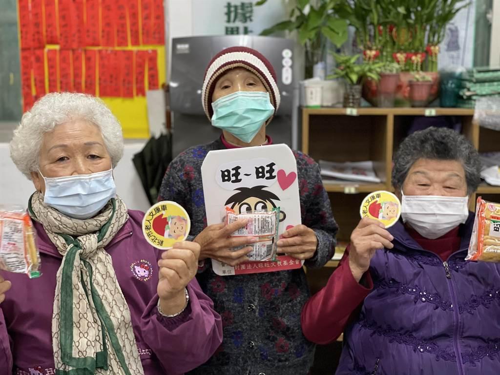 旺旺集團贊助米果供長者配咖啡。(社會局提供)