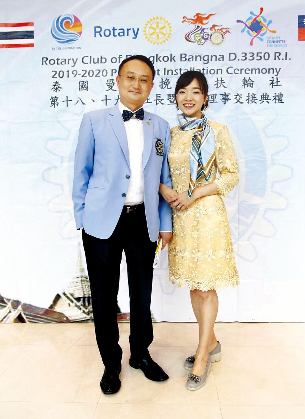 康孆今(右)與先生蘇怡仁(左)分別榮獲華人創業家最高榮譽的「2020創業楷模」與「相扶獎」。圖/環泰企業提供