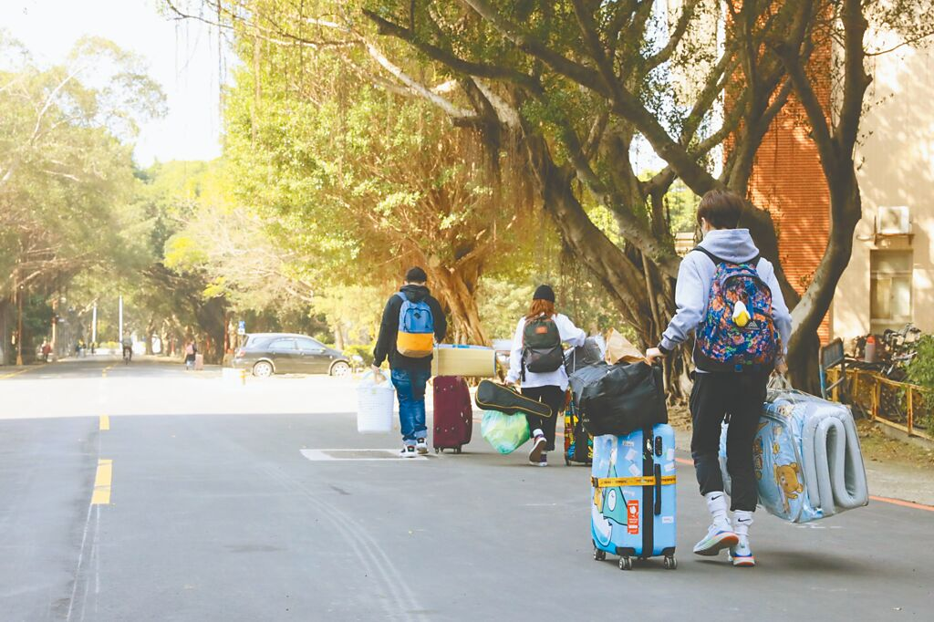 疫情指揮中心稱防疫不片面開放,澳門學生好失望。圖為港澳生結束檢疫,拿行李出關。(本報系資料照片)