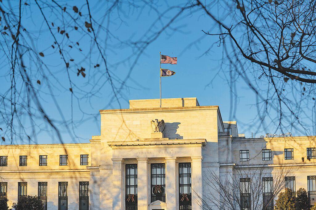 美國聯準會17日重申將基準利率維持在0附近。圖為華盛頓聯準會總部大樓。(新華社)