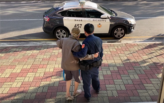 感人背影!八旬翁就醫迷途 中市警熱心相扶助返家