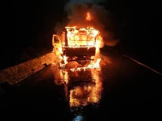 新北小貨車自撞瞬間成火球 警消到場駕駛已不見蹤影
