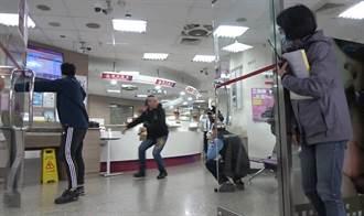 新店警防搶圍捕演練 歹徒挾持人質與警對峙