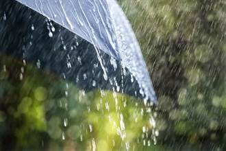 3黑衣人雨天搬電子秤 網笑翻 「畫面哀戚」