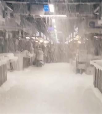 台北降大雪?泡沫從天而降畫面曝光 環南市場秒變「北海道」
