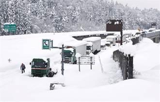 日本新舄仍有约千辆车受困大雪 3人不适送医