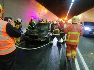 雪山隧道火烧车 轿车起火全毁 北上车道紧急封闭