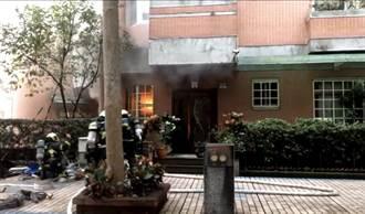 信義區住宅冒大火竄濃煙 消防急灌救