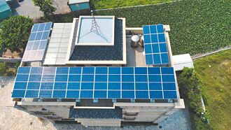 清洗太陽能板憂汙染 專家說安啦