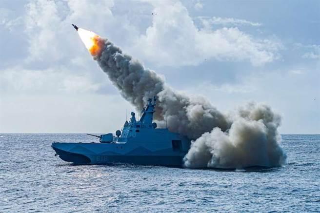 沱江艦發射超音速雄3飛彈,射程遠及300公里,可能另外需要空中或陸上平台提供數據鏈協助導引。(圖/中華民國海軍臉書)