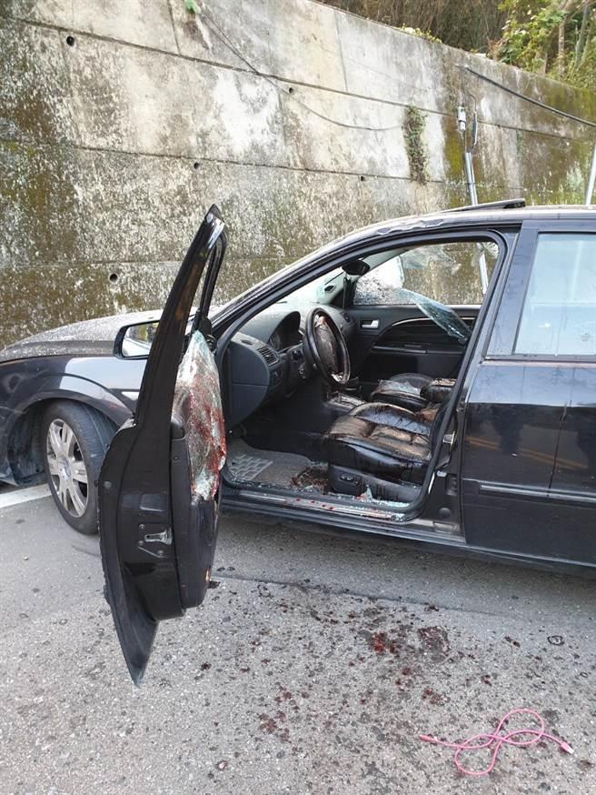 男子疑似因行車糾紛身中數刀,車禍現場血跡斑斑。(翻攝照片/巫靜婷苗栗傳真)