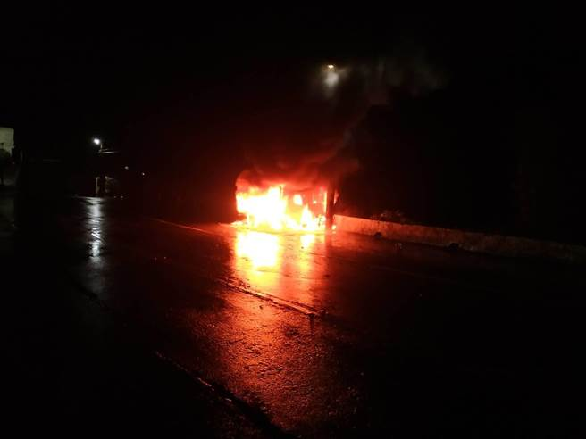 27歲黃姓男子17日晚間10時許,駕駛小貨車行經新北市萬里區中幅路,疑因自撞路旁電桿車頭起火,火勢燃燒猛烈瞬間成為「火球」。(翻攝)