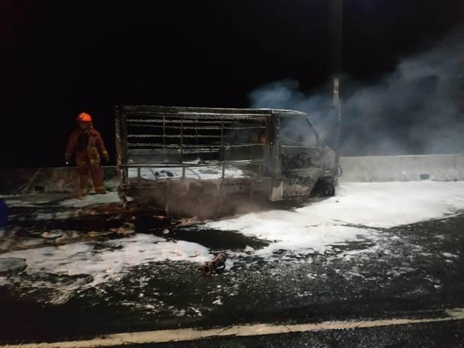 警消獲報到場搶救,但黃男已不見蹤影,小貨車燒得僅剩下骨架殘骸。(翻攝)