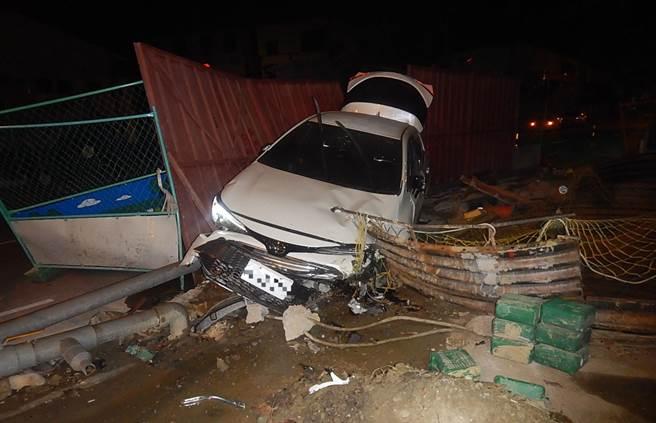 張男深夜酒後駕駛白色汽車,載著友人,衝進台中市水利局下水道的工地內,造成友人受傷,車輛受損。(霧峰分局提供/黃國峰台中傳真)