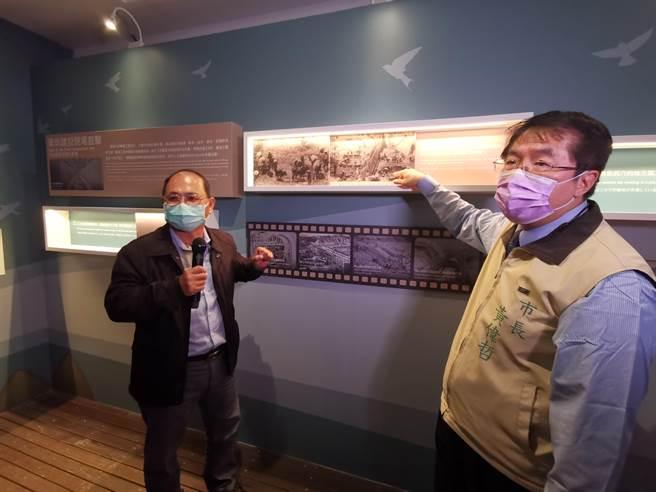 台南市長黃偉哲(右)參觀嘉南大圳開工百年主題展。(劉秀芬攝)
