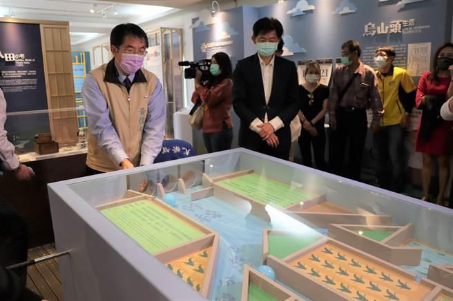 台南市長黃偉哲(左)參觀嘉南大圳開工百年主題展。(劉秀芬攝)