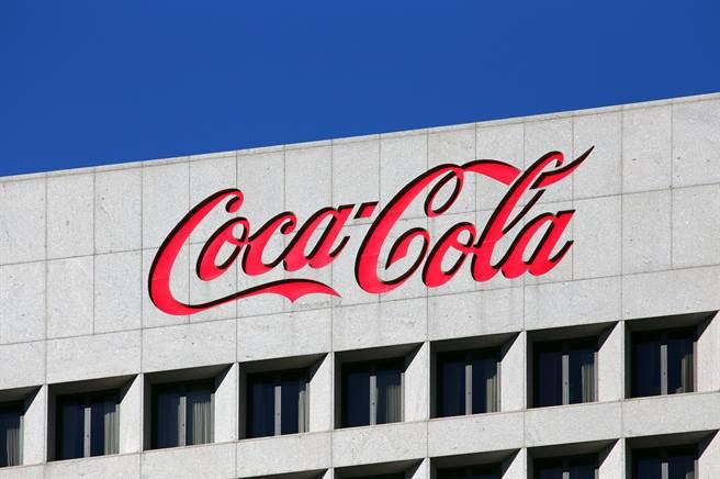 可口可乐(Coca-Cola)今天表示,今年销售因疫情受创后,为2021年的后疫情市场做好准备,将在全球裁减2200个工作机会以作为公司重整一环。(图/shutterstock)