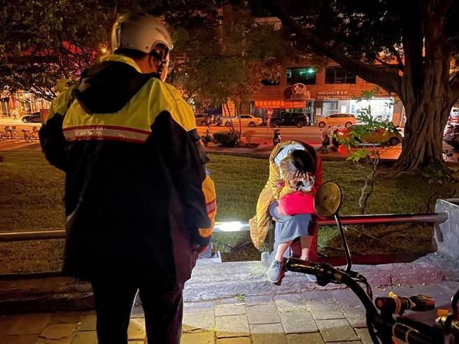 柯姓女子日前深夜独自1人在台中公园日月湖旁哭泣,警方陪伴安慰。(台中市警第二分局提供/张妍溱台中传真)
