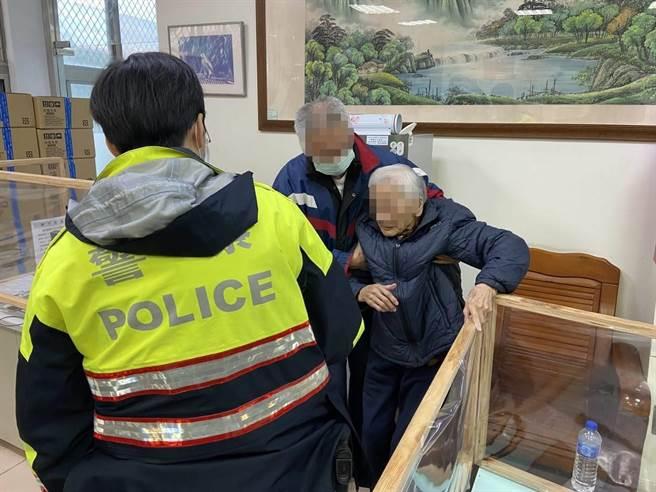 一名94歲的許姓老婦17日獨自出門散步,所幸大園派出所警員接獲報案後立即協助老婦返家。(姜霏翻攝)