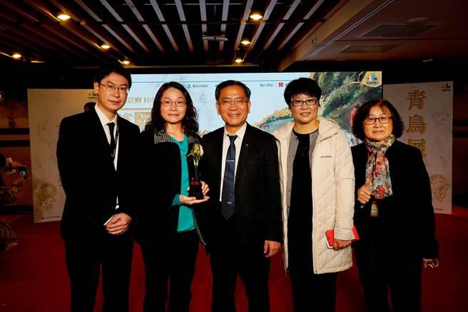 北市副市長蔡炳坤(前排中)及北市勞動局長陳信瑜(右二)表揚優秀企業。(勞動局提供)