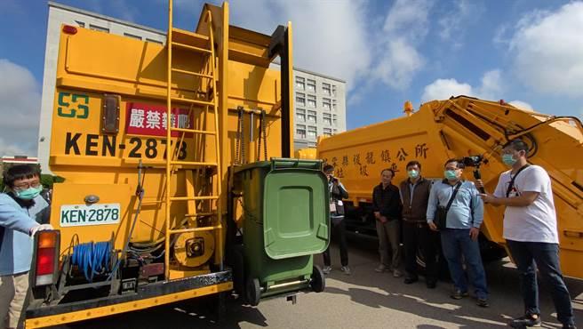 廚餘回收車設有搬運廚餘桶的升降設備,減輕清潔隊員的工作負擔。(巫靜婷攝)