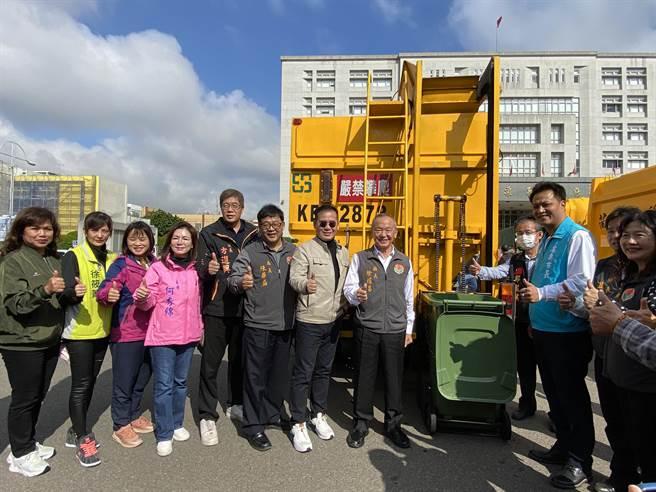 苗栗縣政府18日舉辦資源回收車暨相關清運機具授車典禮,包含9輛垃圾車、22輛資源回收車及1輛廚餘回收車。(巫靜婷攝)