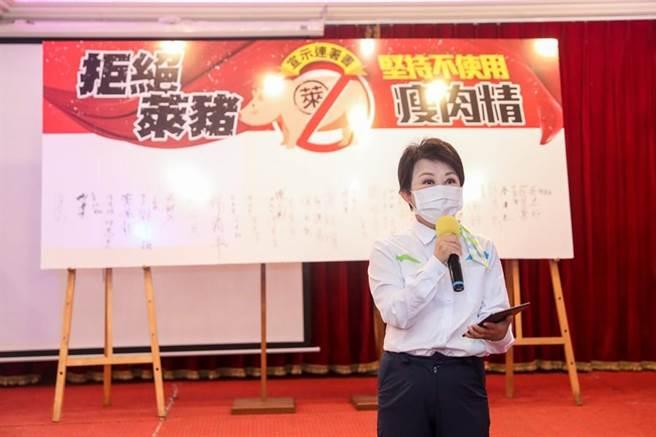 對民進黨抨擊,台中市長盧秀燕強調「永遠站在人民這一邊」,2012年時任立委,即使身為執政黨,當時對於進口美牛,她拒絕出席與投票,也簽署支持反美牛公投。(盧金足攝)