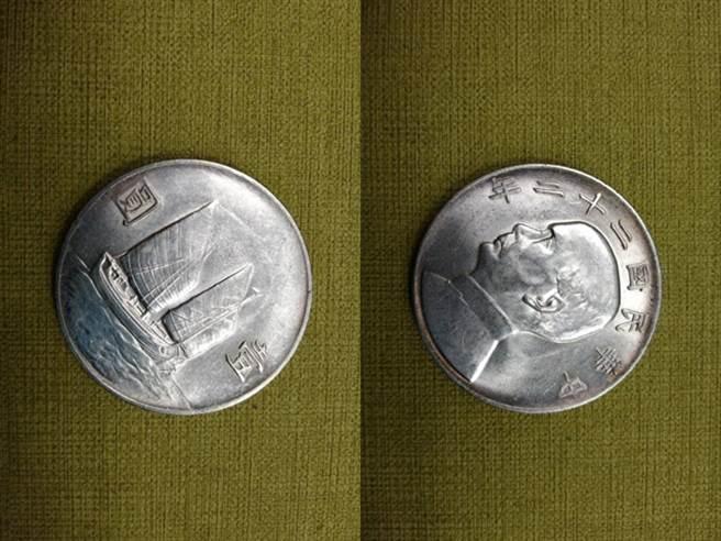 網友收到一枚民國22年的1元硬幣作為生日禮物,網友說該硬幣價值最高可已破萬。(圖/翻攝自Dcard)