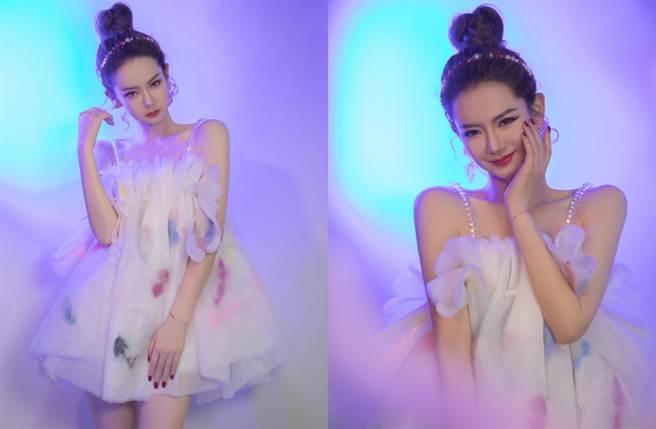 精緻的紗質蕾絲點綴,加上性感破表的透明珍珠肩帶,成功營造出仙氣飄飄的公主風。(圖/摘自微博@戚薇工作室)