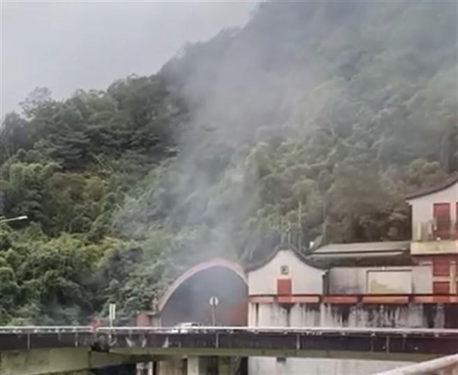 雪山隧道北上段驚傳火燒車 濃煙竄出國道緊急封閉(翻攝 臉書宜蘭知識+)