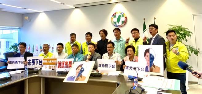 台中市議會民進黨團18日批評市長盧秀燕,在議事堂說謊,欺騙議會、欺騙市民,籲盧下台。(盧金足攝)