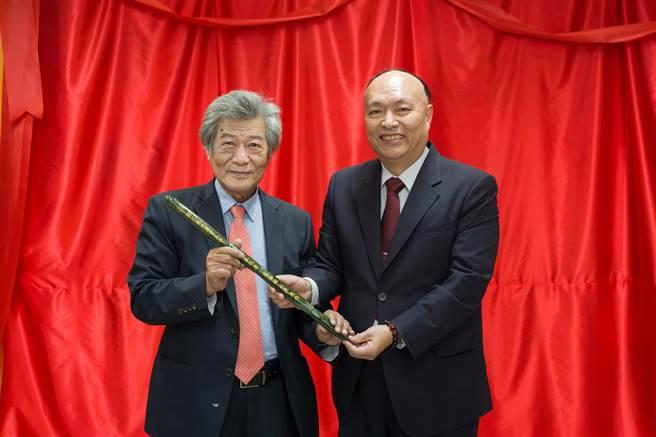 花蓮知名的玉石收藏家盧復順(左),致贈「玉筆」祝賀國立台北商業大學103周年校慶。(北商大提供)