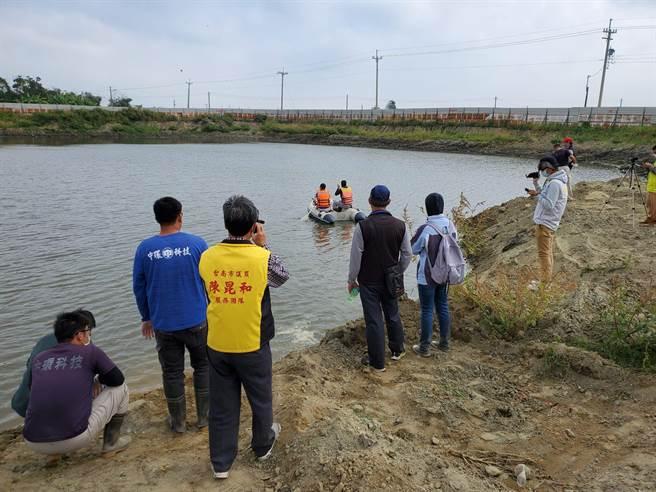 台南市環保局18日前往學甲採樣查驗明祥馨公司清理爐碴是否確實。(台南市環保局提供/劉秀芬台南傳真)