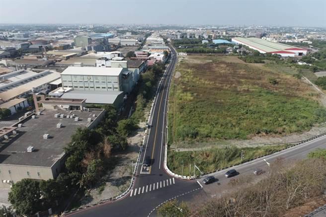 照片右下方道路是水庫路,可以從完成拓寬的218線末端進入斗六工業區(圖左)。(雲林縣府工務處提供)