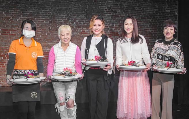 陈亚兰歌仔戏《西游记误闯黑家店3》18日首演,她大手笔办桌邀长辈边吃边看剧。(吴松翰摄)