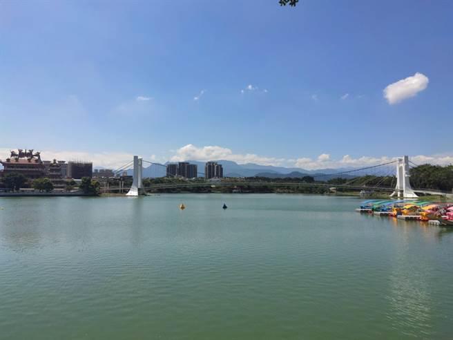 受水位過低及東北季風影響,龍潭區公所決定暫停龍潭大池水上設施,待水位回升後,再評估開放的可能性。(翻攝照片/黃婉婷桃園傳真)