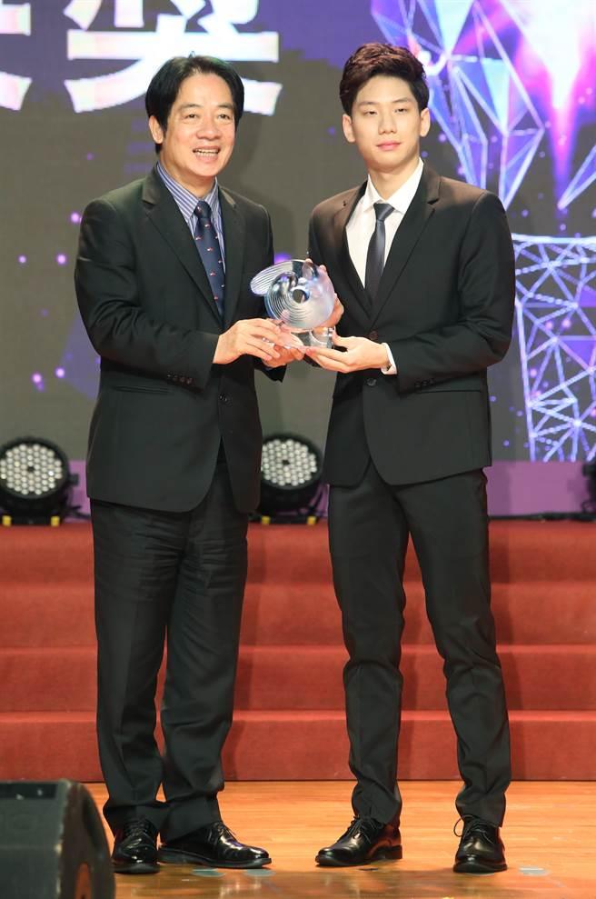 王冠閎(右)摘下最佳男運動員獎。(鄭任南攝)