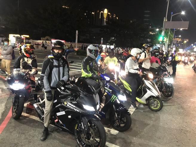 台灣機車權利促進會18日南下高雄舉辦「機車大富翁」活動,共有30多輛在博愛路、裕誠路段繞行。(洪浩軒攝)