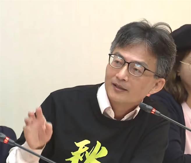 苏伟硕医师17日出席民间反瘦肉精毒猪联盟记者会。(图/中时新闻网)