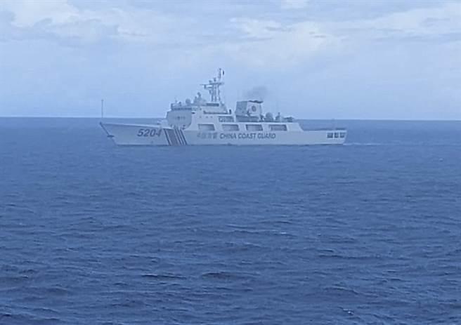 美國海軍、陸戰隊與海岸防衛隊簽署《海上優勢:整合海上各領域權力》,以回應大陸灰色行動。圖為印尼安全部隊拍下中國大陸海警船行駛於印尼經濟海域。(圖/美聯社)。