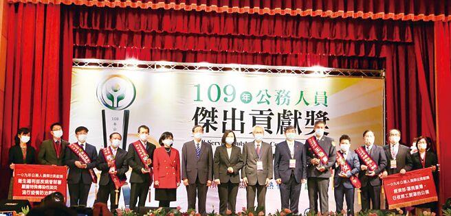 經濟部以「罩亮臺灣,日夜趕工製罩的公僕」,榮獲109年度「公務人員傑出貢獻獎」團體獎,由總統蔡英文(中)親自頒獎。圖╱工業局提供