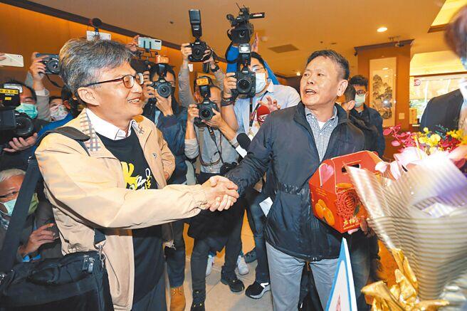 医师苏伟硕(左)遭卫福部告发涉犯《食安法》,17日出席反瘦肉精毒猪联盟记者会后,国民党立院党团总召林为洲(右)带着党团干部前来声援献花。(黄世麒摄)