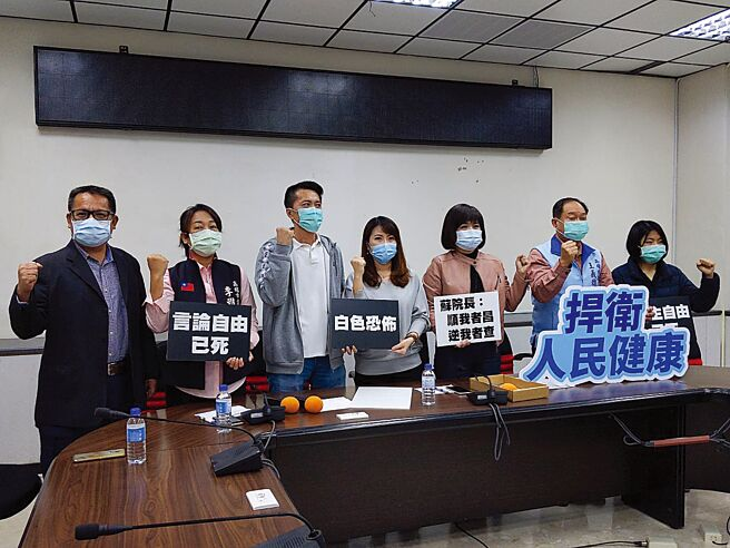 國民黨高雄巿議員17日在議會聲援醫師蘇偉碩。(曹明正攝)