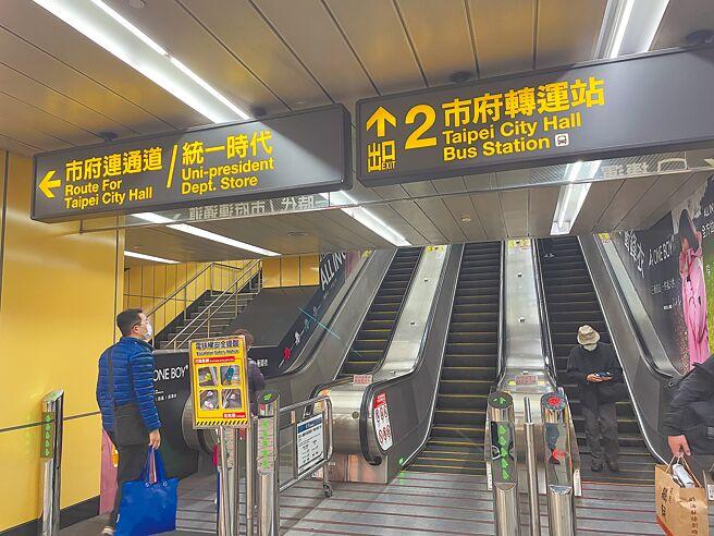 北市跨年提供3條路線的接駁車,台北捷運也自31日上午6點起連續42小時營運不收班,但全程都須戴口罩。(吳康瑋攝)