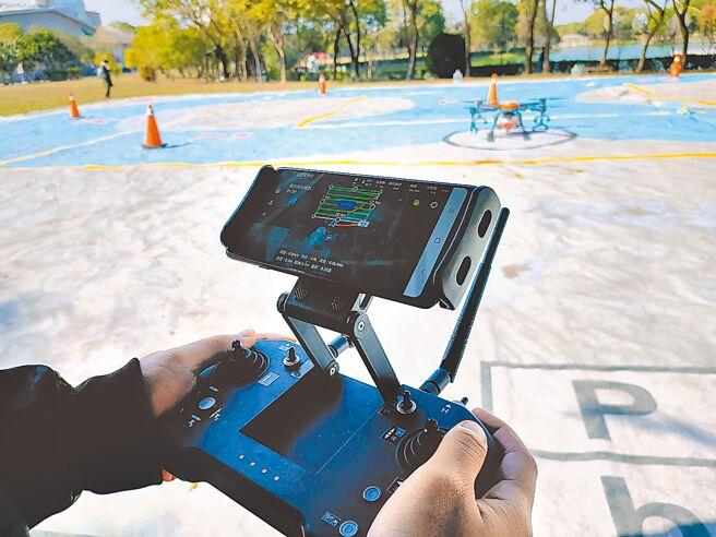 農用無人機應用涵蓋多個面向,除了農藥噴灑,施肥等,還能做高科技大數據收集以及研究,學生必須學習無人機操作,以及程式設定,學成後學校輔導考取G2證照。(吳建輝攝)