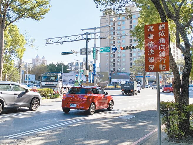 新竹縣政府交通旅遊處、警察局於光明六路、縣政二路路口規畫多項措施,也擬透過設置AI辨識系統科技執法設備,加強取締違規車輛。(莊旻靜攝)