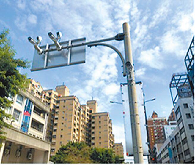 台中市科技执法明年上路,北区三民、崇德、五权、锦南等不对称路口,路况复杂,率先设置,共16支「AI侦测摄影机」自动撷取违规车辆影像。(台中市警察局提供/张妍溱台中传真)