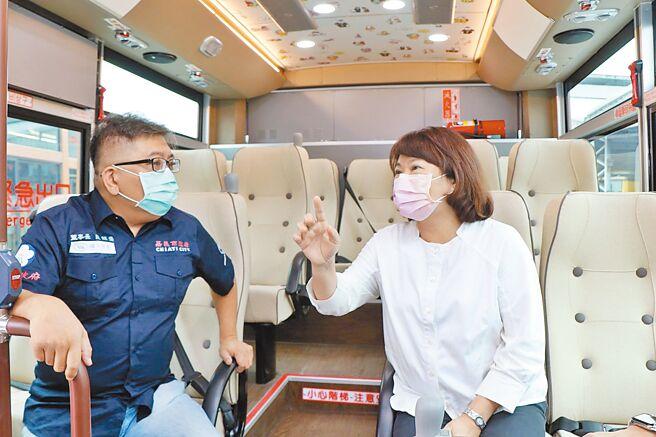 嘉义市长黄敏惠体验(右)中大型电动公车座椅的人体工学设计。(廖素慧摄)