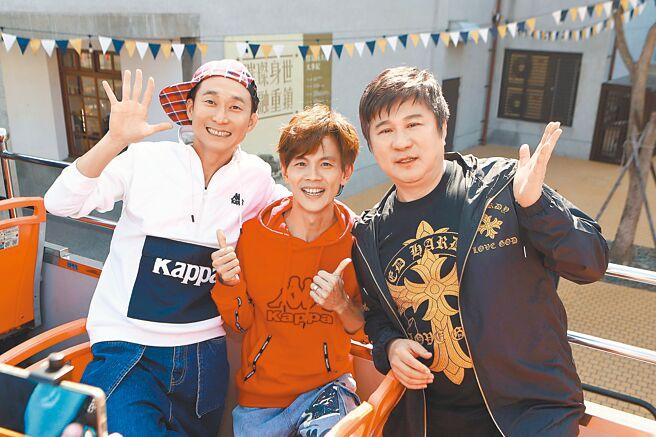 浩子(左起)、阿翔、胡瓜昨在高雄搭觀光巴士。(民視提供)